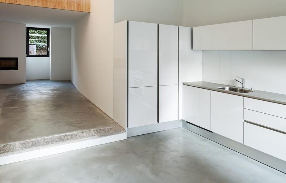 Lichte gepolierde betonvloer keuken
